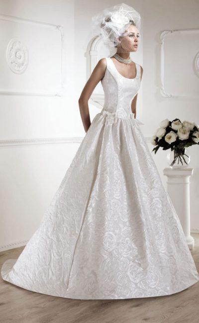 Свадебное платье с цветочной фактурой на ткани пышной юбки со шлейфом.