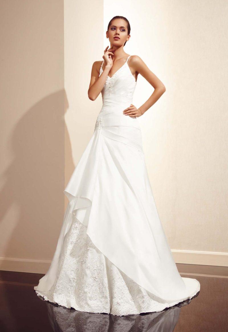 Стильное свадебное платье «принцесса» с узкими бретельками и многоярусной юбкой.