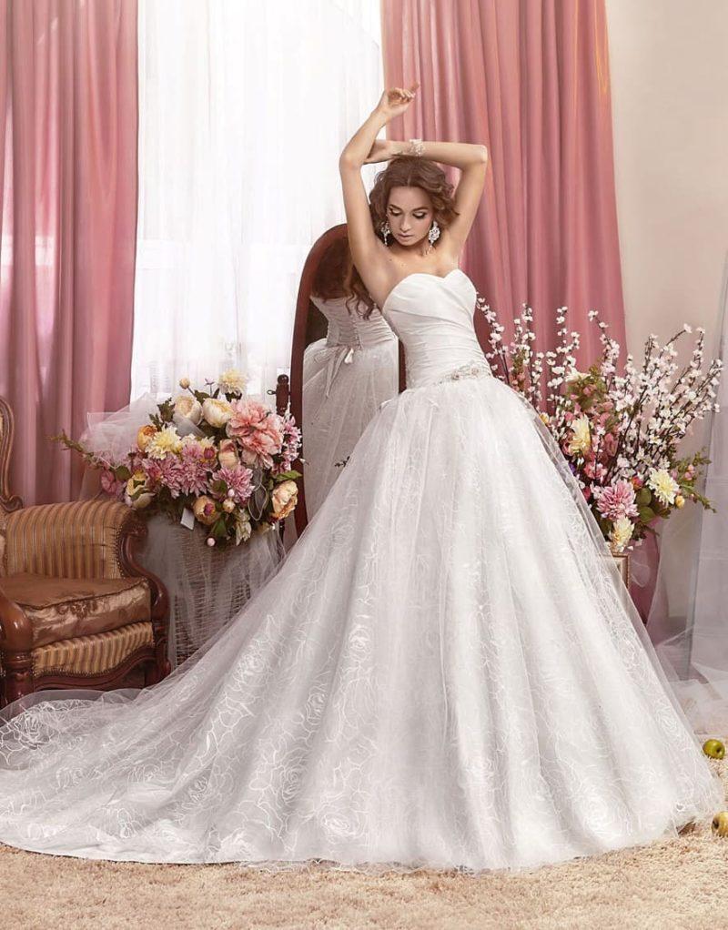 Пышное свадебное платье с нежным цветочным узором на юбке со шлейфом.