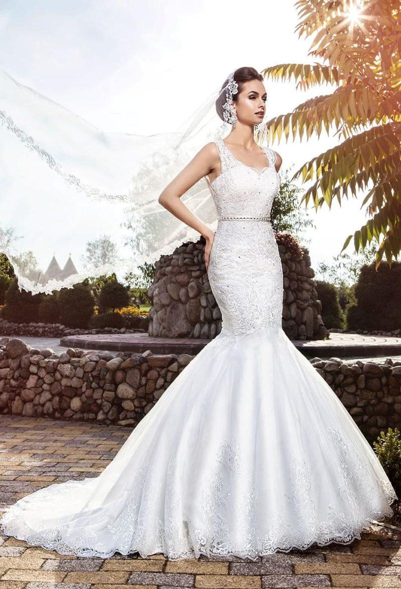 Сияющее свадебное платье облегающего кроя с кружевными бретельками.