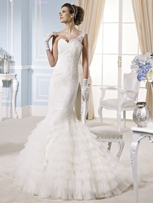 Чувственное свадебное платье «рыбка» с асимметричной бретелью и оборками по юбке.