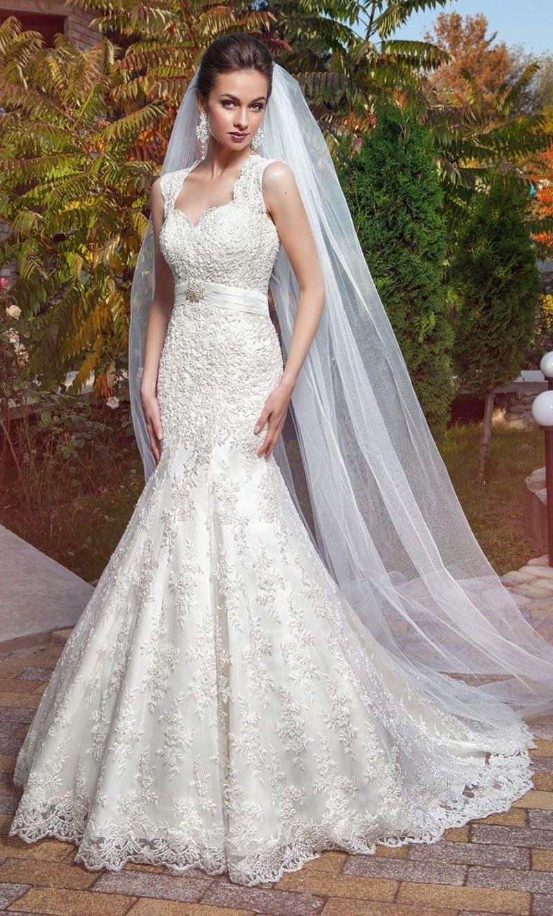 Кружевное свадебное платье «рыбка» с поясом из атласа и многослойным шлейфом.