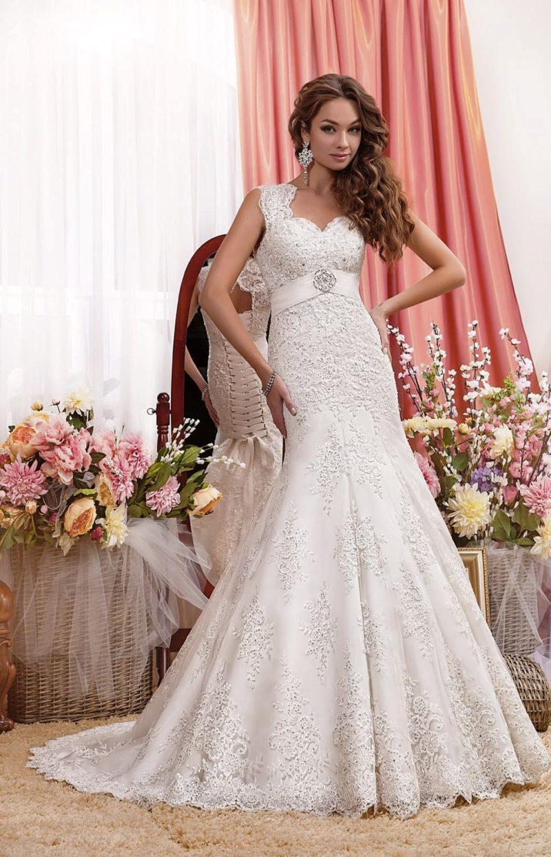 Ажурное свадебное платье с юбкой «русалка» и вырезом на спинке.