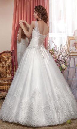 Пышное свадебное платье с полупрозрачными бретелями и узким поясом.