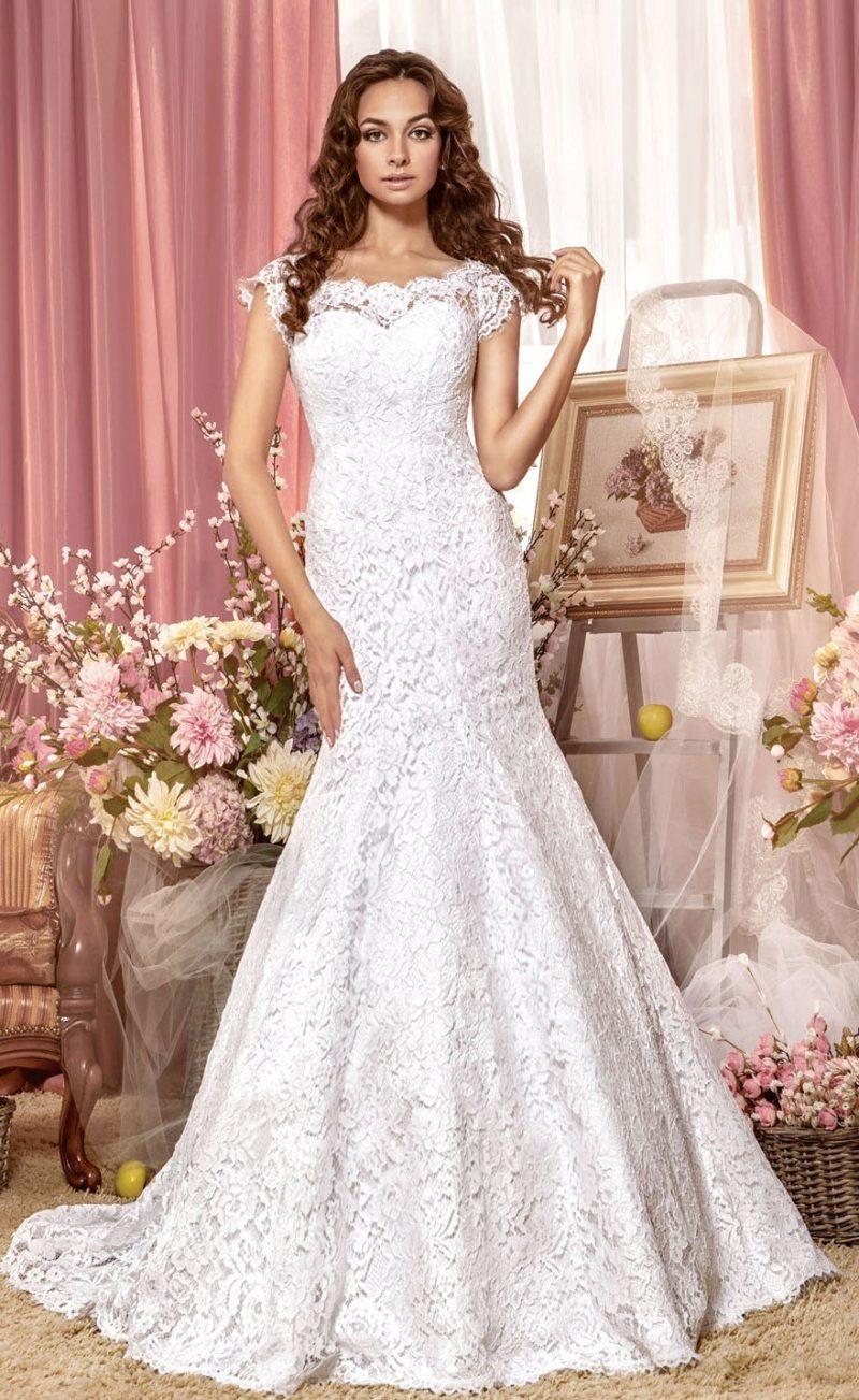 Фактурное свадебное платье «рыбка» с длинным шлейфом и пуговицами на спинке.