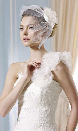 Эффектное свадебное платье «рыбка» с пышной асимметричной бретелью.