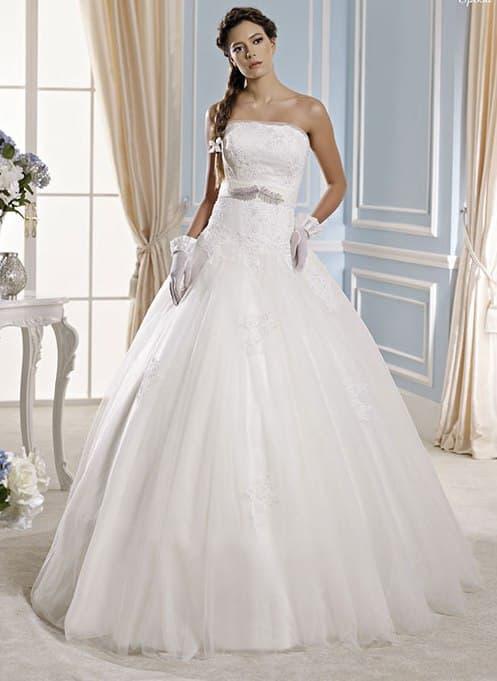 Пышное свадебное платье с прямым вырезом и лаконичным поясом.