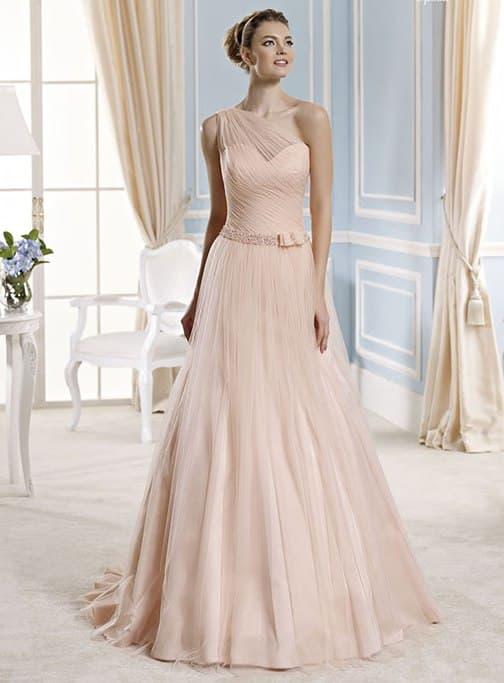 Бежевое свадебное платье «принцесса» с поясом, украшенным небольшим бантом.