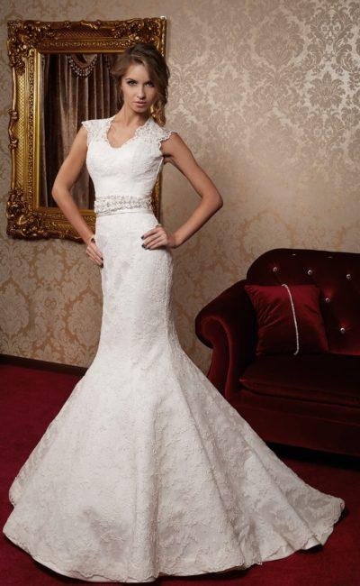 Свадебное платье «русалка» с широким атласным поясом и полупрозрачными кружевными бретелями.