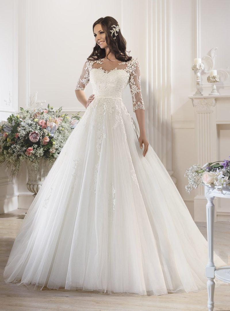 Великолепное свадебное платье с романтичной кружевной отделкой корсета и подола.