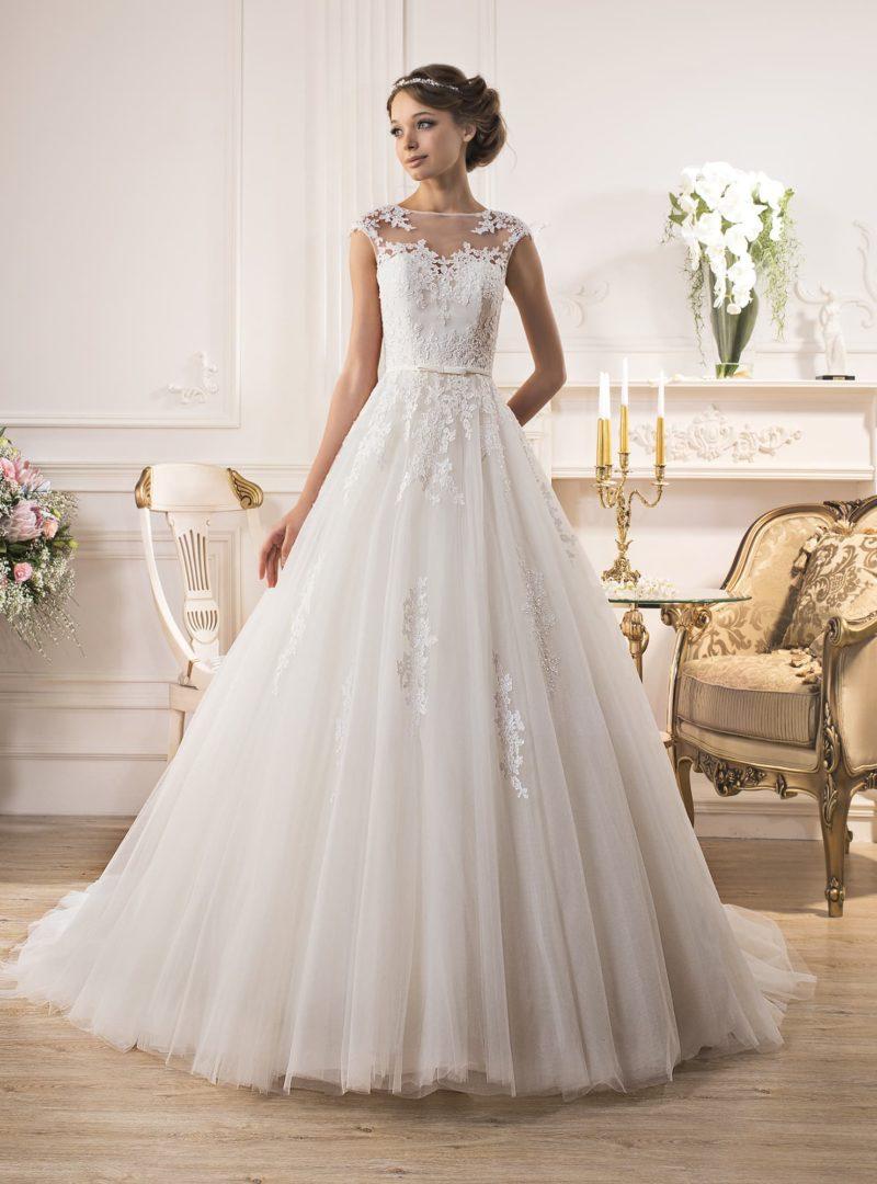 Свадебное платье «принцесса» с открытой спиной и чарующей многослойной юбкой.