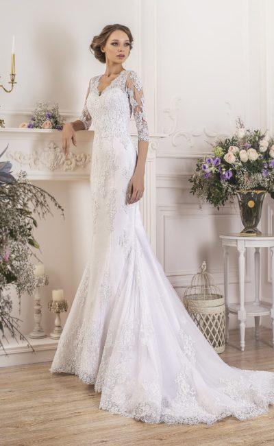 Свадебное платье «рыбка» с кружевной отделкой и сиреневым поясом из атласа.