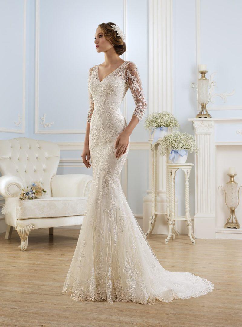 Безупречное свадебное платье облегающего кроя с элегантным V-образным декольте и шлейфом.