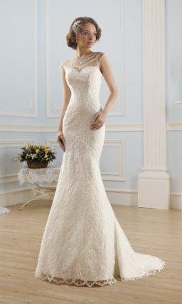 Свадебное платье с юбкой «рыбка», дополненной шлейфом, и полупрозрачной вставкой на лифе.