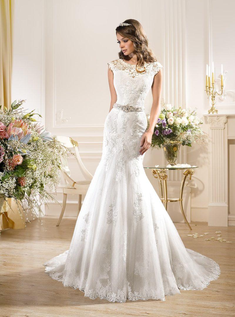 Кружевное свадебное платье «русалка» с V-образным вырезом на спине и бантом.