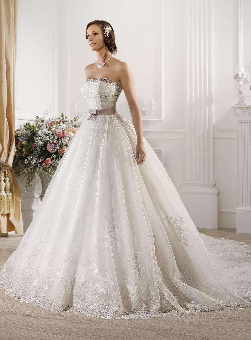 Роскошное свадебное платье с кружевом на прямом лифе и цветным поясом на талии.