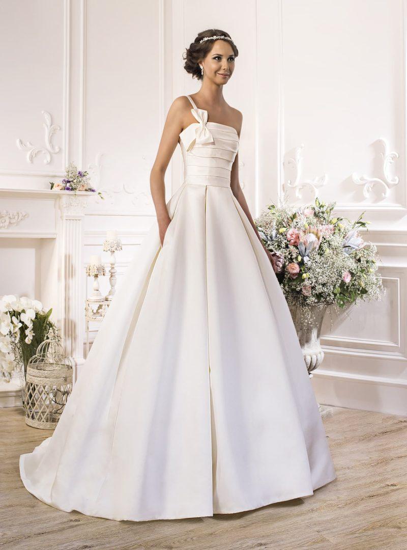 Оригинальное свадебное платье из атласной ткани с драпировками на корсете и пышной юбкой.