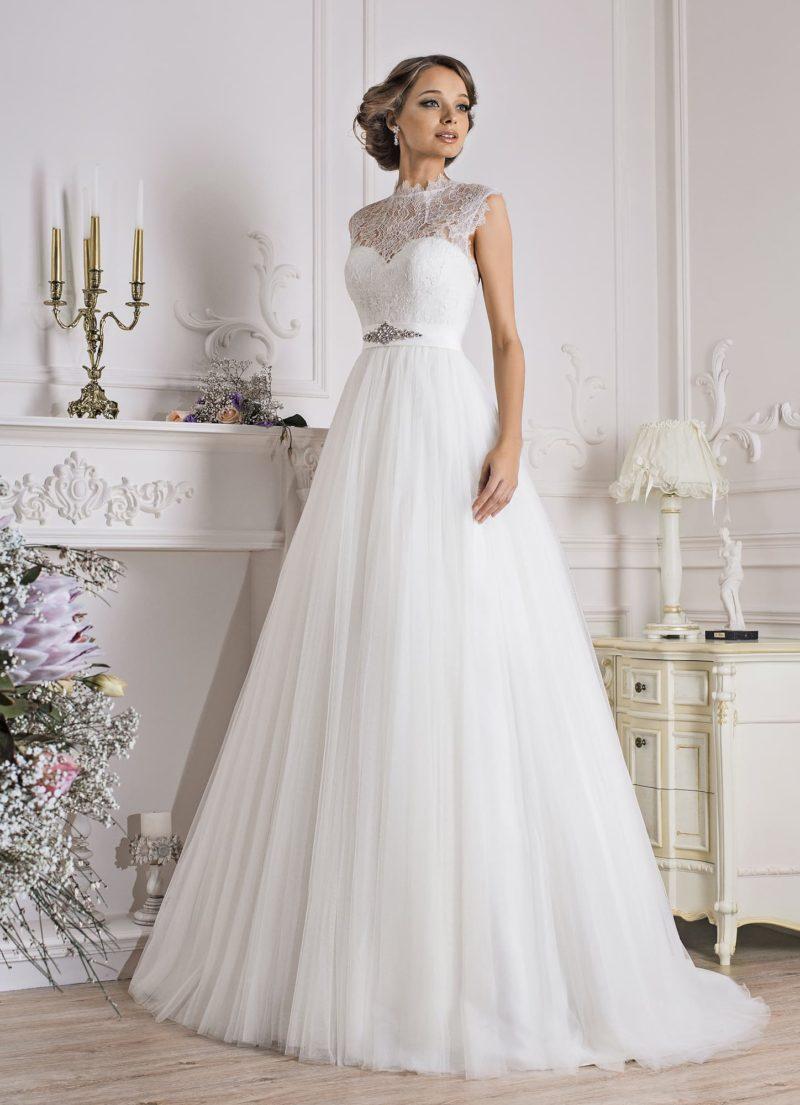 Закрытое свадебное платье с высоким фигурным воротником и юбкой силуэта «трапеция».