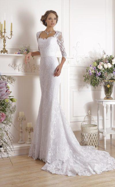 Утонченное свадебное платье с поясом, завязанным сзади бантом, и открытой спинкой.