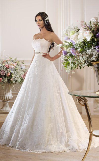 Изысканное свадебное платье с открытым лифом прямого кроя и стильным кружевным декором.