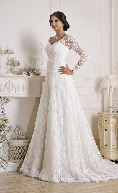 Кружевное свадебное платье с длинными полупрозрачными рукавами и открытой спинкой.