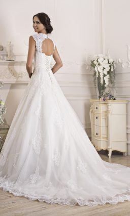 Утонченное свадебное платье с расшитым поясом и деликатным вырезом на спинке.