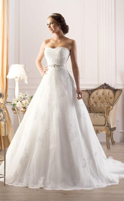 Классическое свадебное платье с открытым кружевным корсетом и широким поясом с вышивкой.