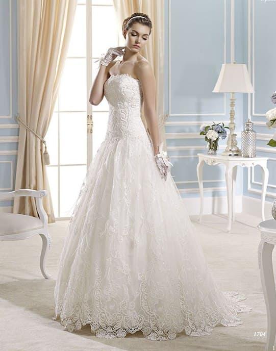 Свадебное платье А-силуэта с выразительной кружевной отделкой.