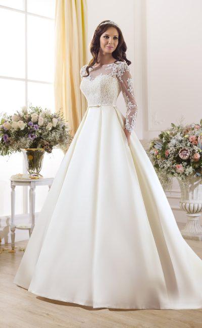 Стильное свадебное платье с атласной юбкой со шлейфом и кружевным декором верха.