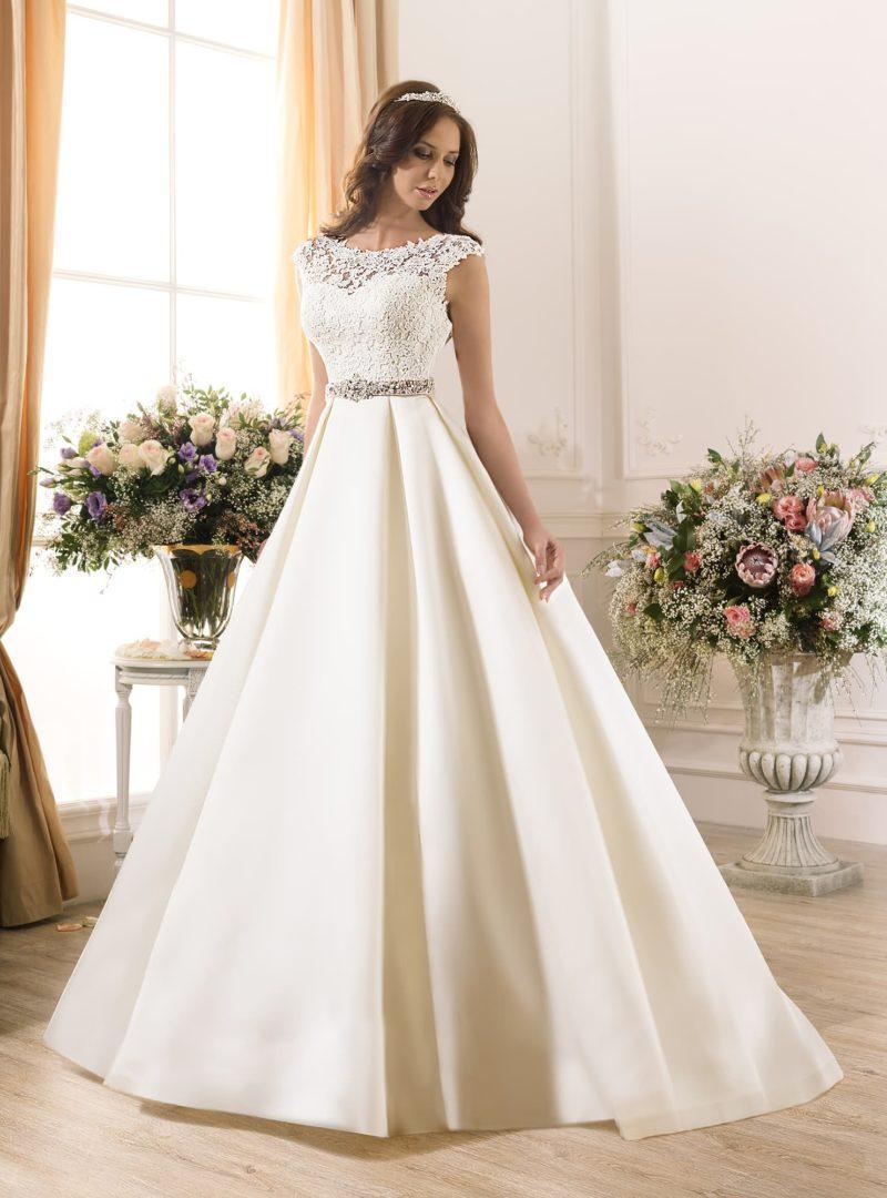 Торжественное свадебное платье с глянцевой атласной юбкой и сверкающим бисерным поясом.