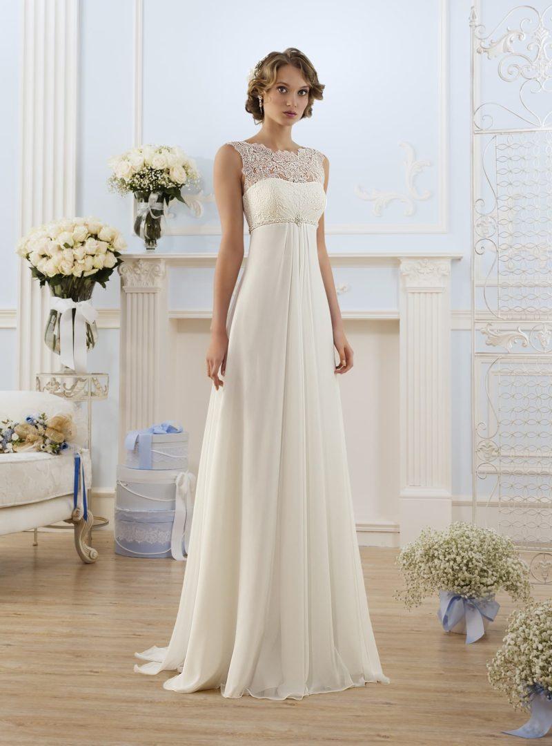 Лаконичное свадебное платье «колонна» с кружевной вставкой над деликатным открытым лифом.