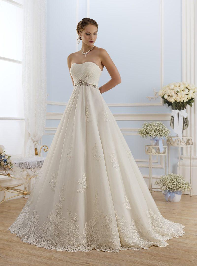 Открытое свадебное платье с изящными драпировками на корсете и узким бисерным поясом.
