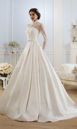 Стильное свадебное платье с атласным поясом с бантом и закрытым верхом с воротником-стойкой.