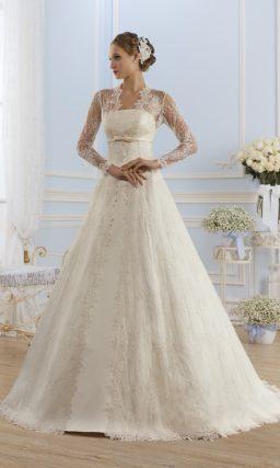 Изысканное свадебное платье прямого кроя из атласа, с прямым лифом и зеленым поясом.