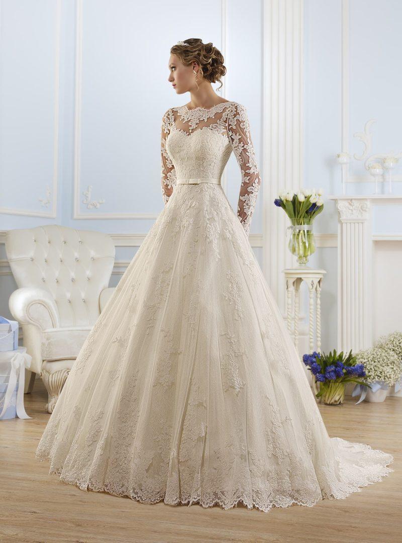 Закрытое свадебное платье с отделкой кружевными аппликациями и длинным рукавом.