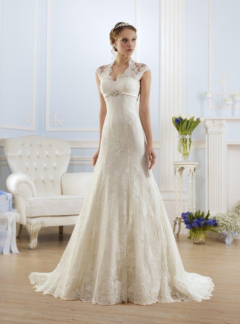 Свадебное платье с узким поясом на завышенной линии талии и кружевной отделкой верха.