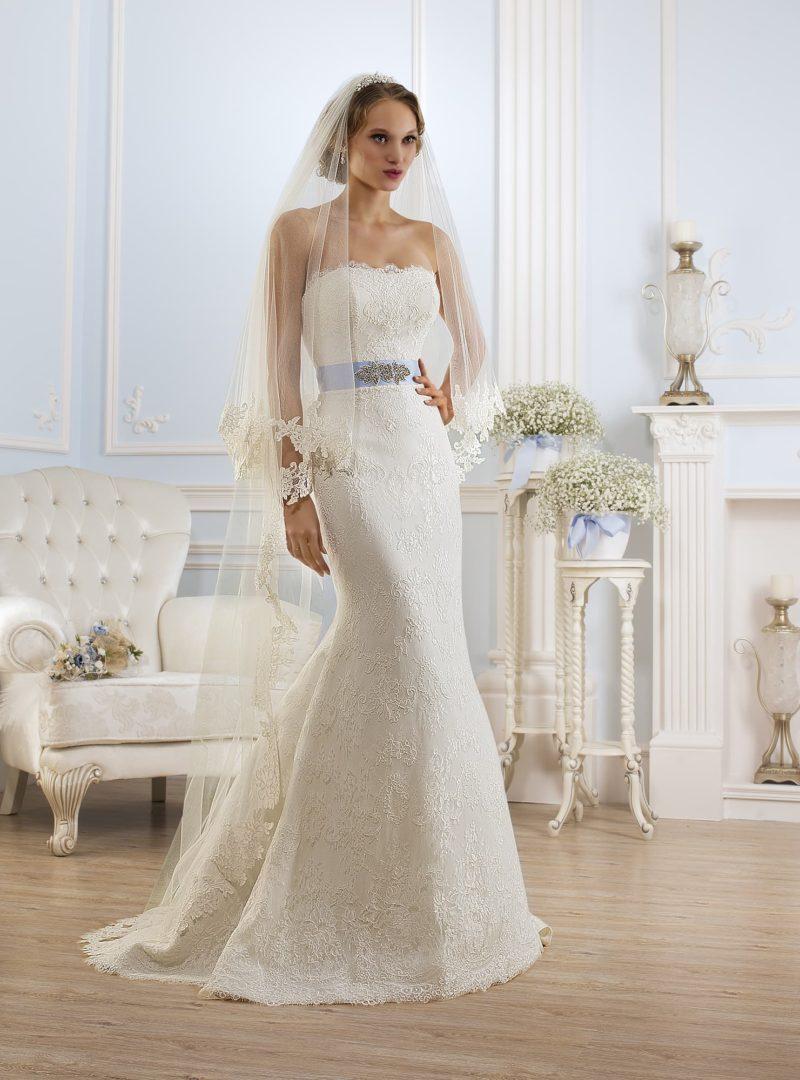 Соблазнительное свадебное платье с открытым верхом и цветным атласным поясом на талии.