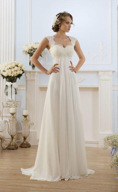 Утонченное свадебное платье в ампирном стиле, с завышенной талией и кружевом на бретелях.