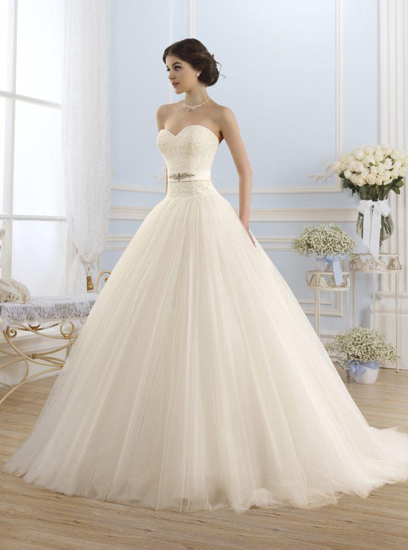 Романтичное свадебное платье в классическом стиле, с пышной юбкой и открытым кружевным лифом.