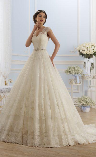 Свадебное платье оттенка слоновой кости с изящным кружевным декольте V-образной формы.