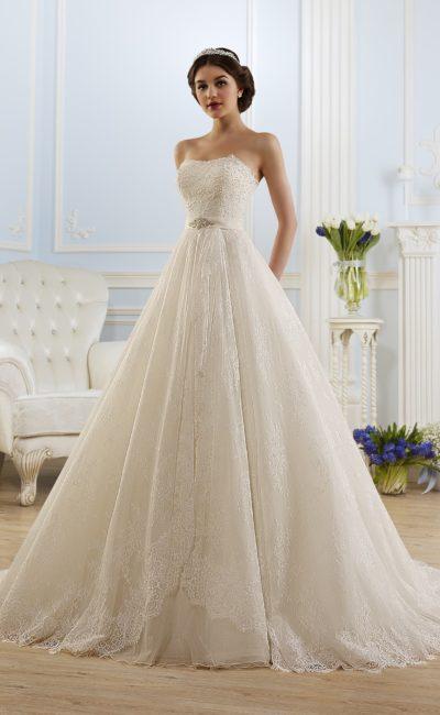 Великолепное свадебное платье пышного кроя с утонченным открытым лифом в форме сердца.