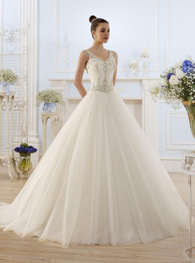 Роскошное свадебное платье с вышивкой из бисера по всему облегающему корсету.