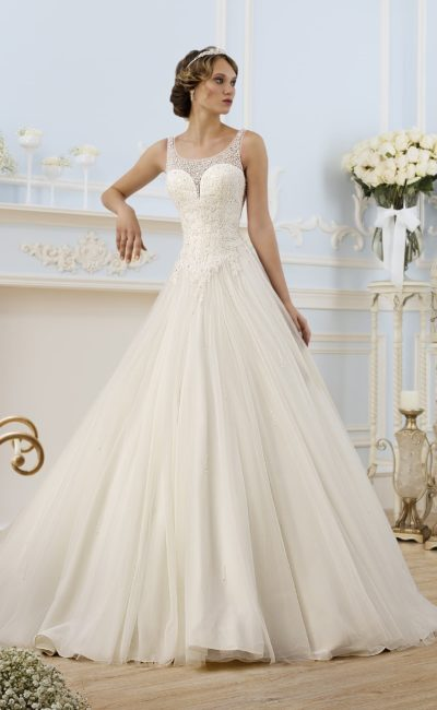 Торжественное свадебное платье пышного кроя с округлым вырезом, созданным тонкой тканью.