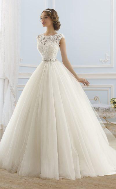Закрытое свадебное платье с многослойной юбкой, кружевным верхом и поясом из атласа.
