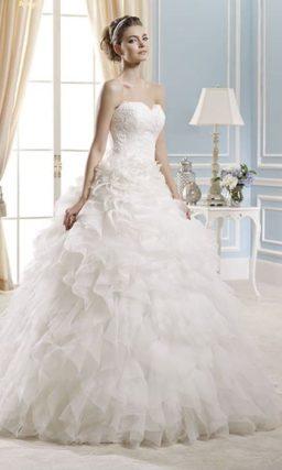 Романтичное свадебное платье с кружевным корсетом и оборками по юбке.