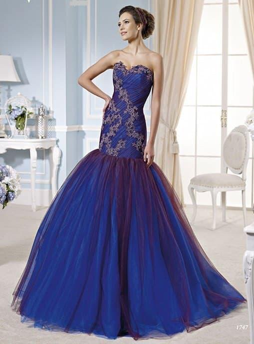 Свадебное платье насыщенного синего цвета с юбкой «рыбка» и декором аппликациями.