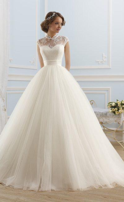 Пышное свадебное платье с широким атласным поясом и оригинальным закрытым верхом с воротником.