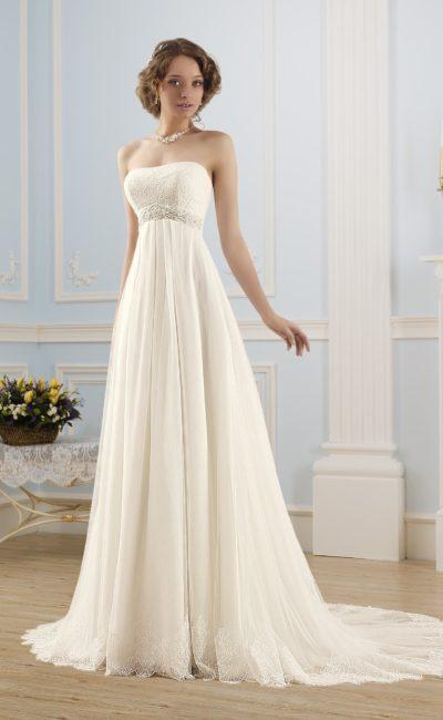 Ампирное свадебное платье с лаконичным открытым лифом, кружевным декором и небольшим шлейфом.