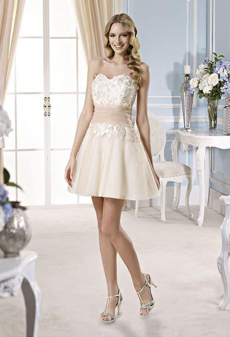 Бежевое свадебное платье с лифом, покрытым бутонами, и широким поясом.