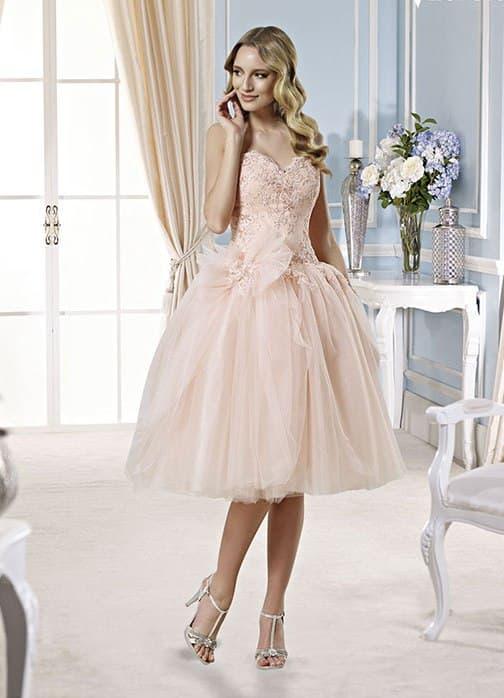 Короткое свадебное платье розового цвета с открытым лифом и пышным низом.